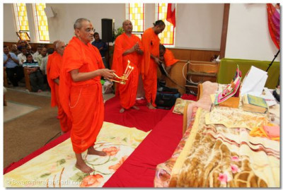 Acharya Swamishree performs the first aarti at the new Toronto, Canada Temple