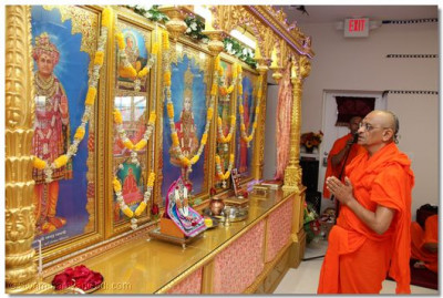 Acharya Swamishree prays to Lord Swaminarayanbapa Swamibapa before the start of the Patotsav ceremony