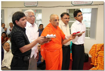 Acharya Swamishree and disciples perform aarti to Lord Swaminarayanbapa Swamibapa
