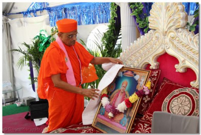 Acharya Swamishree performs poojan to Jeevanpran Shree Muktajeevan Swamibapa for Gurupoornima