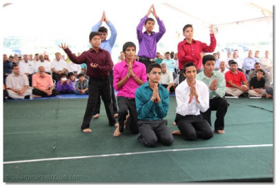 Young disciples perform a devotional dance to please Lord Swaminarayanbapa Swamibapa