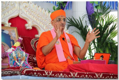 Acharya Swamishree blesses the entire congregation with His divine ashirwad