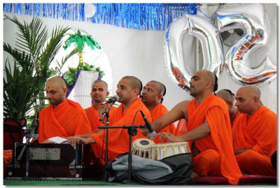 Sants perform kirtan-bhakti to accompany Acharya Swamishree's ashirwad