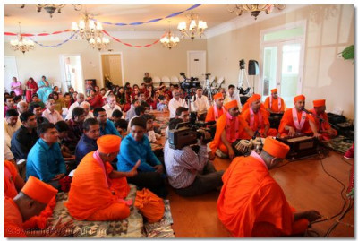 Hundreds of disciples attend the satsang sabha held in the presence of Acharya Swamishree