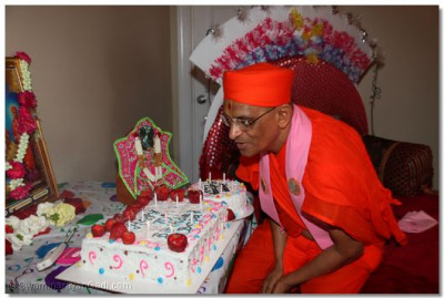 Disciples celebrate Acharya Swamishree's 70th manifestation day anniversary with a cake ceremony