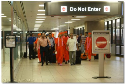 Acharya Swamishree and sants arrive at Phoenix Sky Harbor International Airport