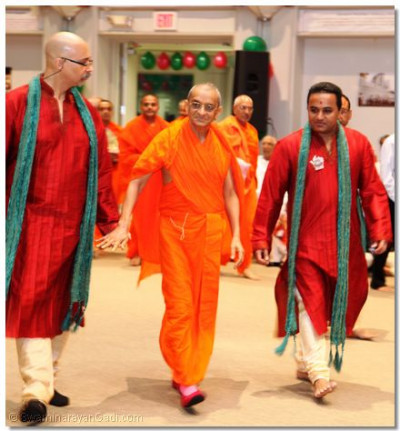 Acharya Swamishree enters Swamibapa Hall to begin the Samuh Raas