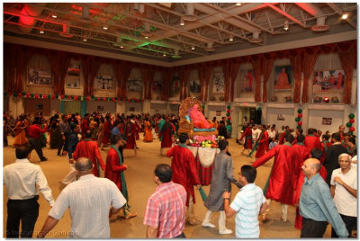Hundreds of disciples immediately began to perform raas as soon as the music began to please Lord Swaminarayanbapa Swamibapa
