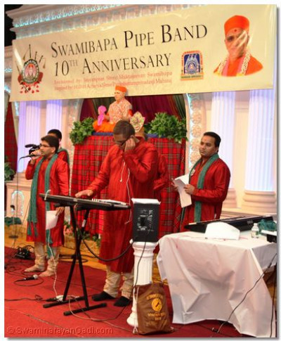 Disciples of Swamibapa Music Group prepared a live samuh raas
