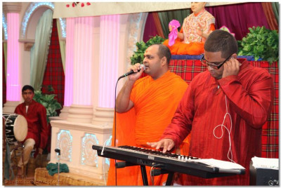 Sant Shiromani Shree Uttamsharandasji Swami sings a kirtan to please Lord Swaminarayanbapa Swamibapa