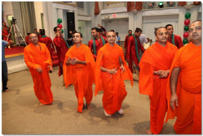 Sants join the samuh raas to please Lord Swaminarayanbapa Swamibapa
