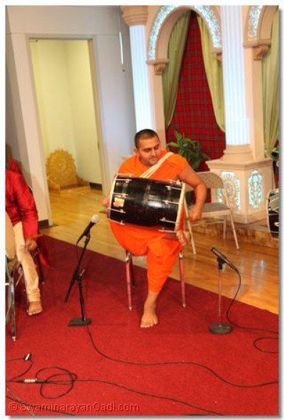 Sant Shiromani Shree Vivekbhushandasji Swami plays to dhol to please Lord Swaminarayanbapa Swamibapa