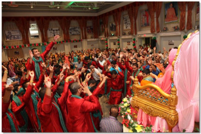 Disciples dance to sanedo/Valido to please Lord Swaminarayanbapa Swamibapa