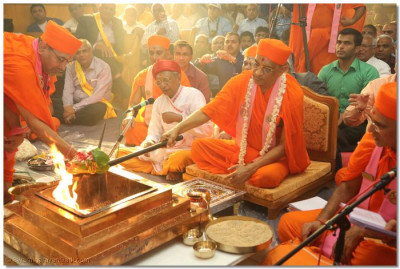 Acharya Swamishree performs the final portion of the Yagna ceremony