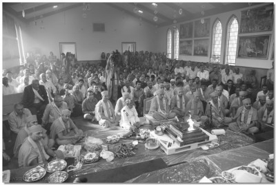 Acharya Swamishree, sants, and disciples participate in the final portion of the Yagna ceremony