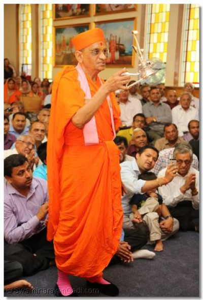 Acharya Swamishree performs the first annkut aarti