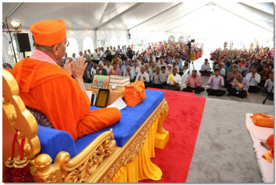 Acharya Swamishree commences His divine blessings on the final day of the Mahotsav