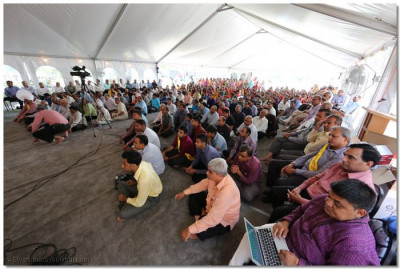 Disciples listen intently to Acharya Swamishree's divine words