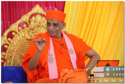 Acharya Swamishree delivers His divine blessings
