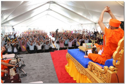 "Acharya Swamishree concludes His divine ashirwad and leads the congregation with the ""jay"""