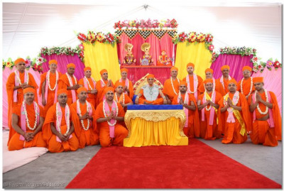 Acharya Swamishree blesses all of the sants who accompanied Him to Canada