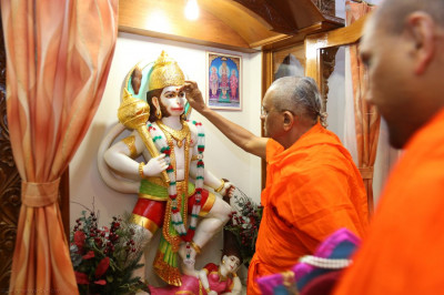 Acharya Swamishree applies chandlo to Shree Hanumanji as a part of the 13th patotsav ceremony