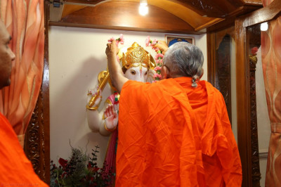 Acharya Swamishree garlands Shree Ganpatiji as a part of the 13th patotsav ceremony