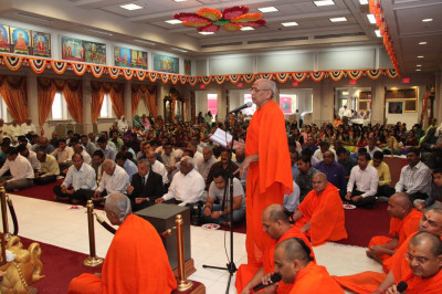 Shastri Shree Prashantswaroopdasji Swami recites sloks and mantras throughout the 13th patotsav ceremony