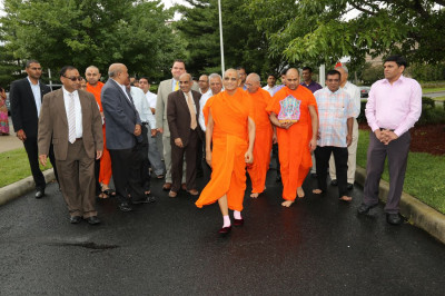 Divine darshan of Acharya Swamishree walking to the blood donation mobile