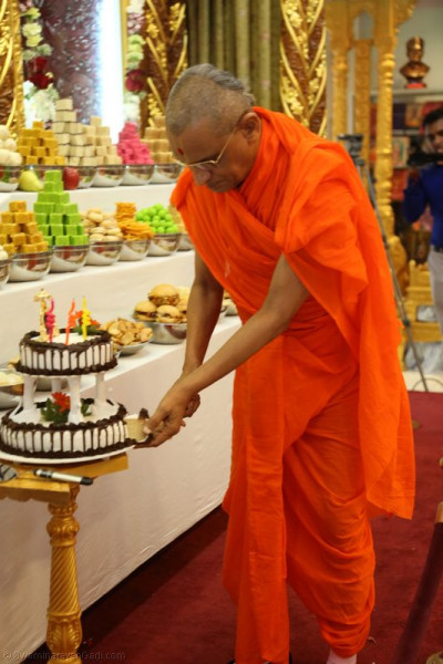 Acharya Swamishree cuts the patotsav celebration cake