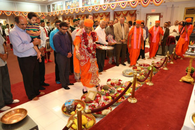 Acharya Swamishree consecrates the chhaab offerings