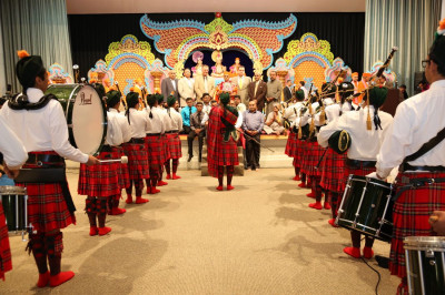 Swamibapa Pipe Band performs a salute to Acharya Swamishree and honored guests