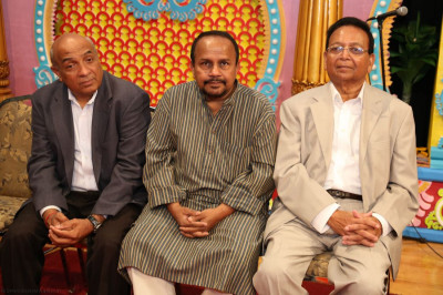 Chief guests, including Jitendrabhai Fadia (New Jersey Health Camp organizer) and Rishi Mehta, enjoy being part of the assembly