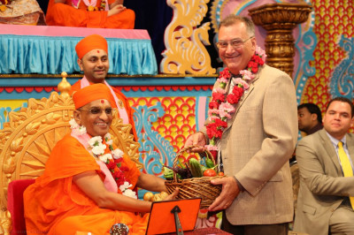 Mayor Gonnelli presents Acharya Swamishree with fresh vegetables from his personal garden to offer to the Lord; Mayor Gonnelli offers vegetables annually at each patotsav