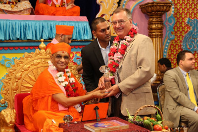 Acharya Swamishree presents Mayor Gonnelli with a memento from the Shree Swaminarayan Temple Delaware Murti Pratishtha & Diamond Tula Mahotsav