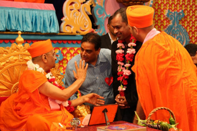 Acharya Swamishree provides blessings to Muralidhar Konathala, singer Jeffrey Iqbal�s manager