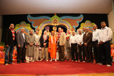 Acharya Swamishree and disciples with the honored guests