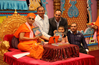 Acharya Swamishree inaugurates the �Shree Harirasamrut Saar� scripture