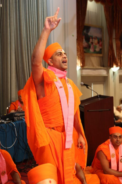 Sant Shiromani Shree Satyaprakashdasji Swami recites the chhadi at the start of Acharya Swamishree�s divine blessings