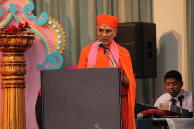 Sadguru Shastri Shree Jitendrapriyadasji Swami speaks to the congregation about the Patotsav celebrations and reflects on the vicharan