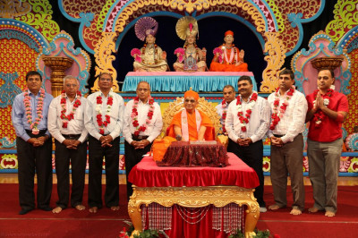 Acharya Swamishree blesses the executive committee of Shree Swaminarayan Temple New Jersey