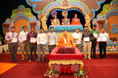 Acharya Swamishree blesses high school, college, graduate, and doctorate degree recipients, commending them for their outstanding achievements