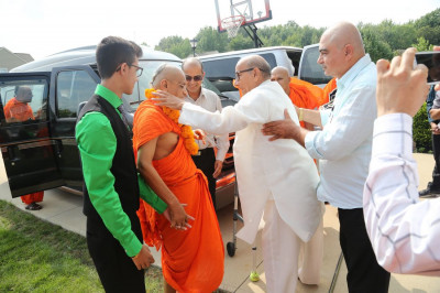 Acharya Swamishree arrives at the home of a disciple in Ohio