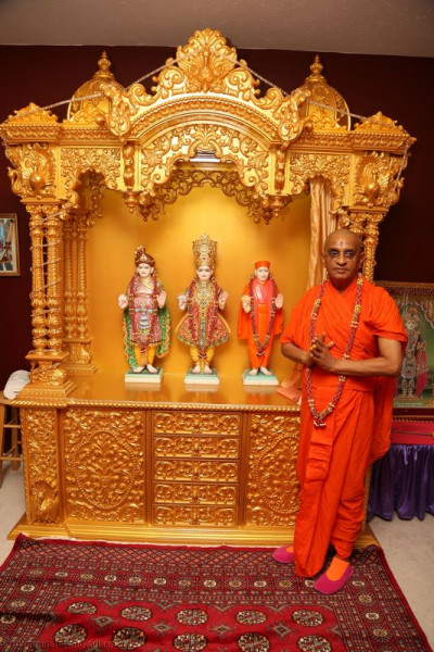 Divine darshan of Acharya Swamishree beside Lord Swaminarayanbapa Swamibapa