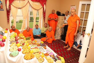 Acharya Swamishree performs annkut aarti