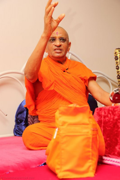 Divine darshan of Acharya Swamishree as He showers His divine blessings