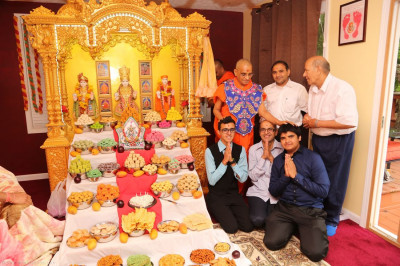 Acharya Swamishree blesses the local disciples