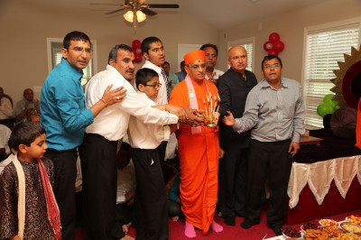 Acharya Swamishree and disciples perform the annkut aarti