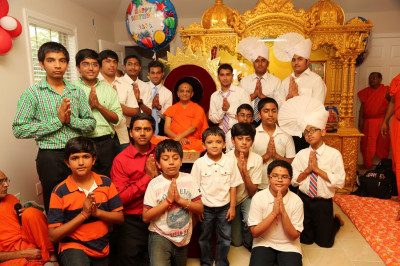 Acharya Swamishree blesses the younger disciples of Columbia, Tennessee