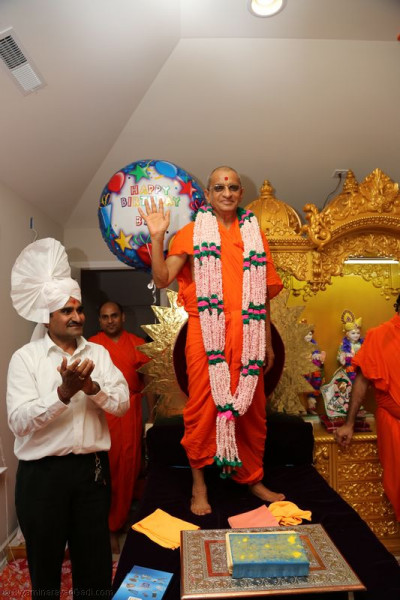 Divine darshan of Acharya Swamishree in a garland made of thousands of individually-strung pieces of puffed rice, each with �Swaminarayan� written on them